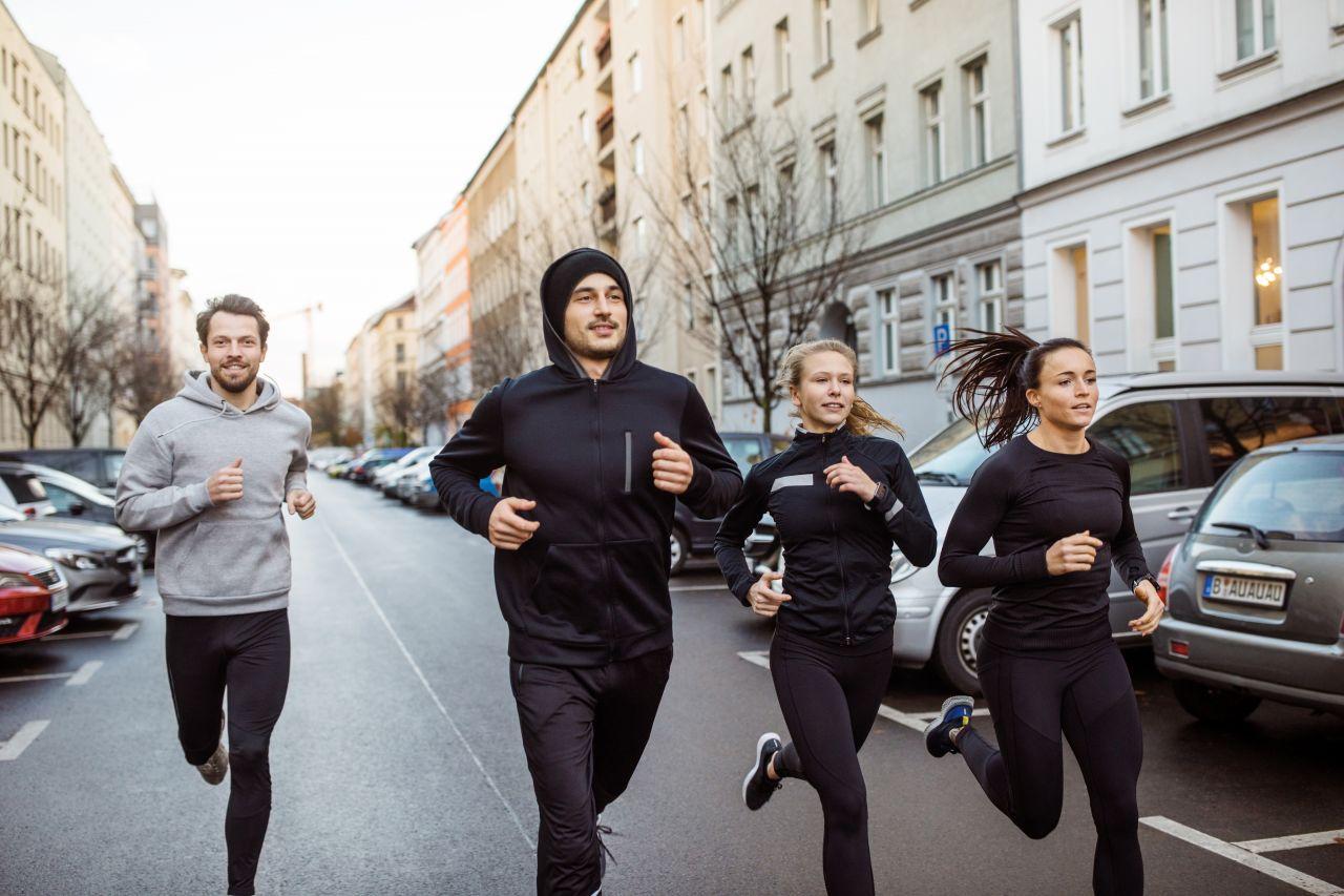 Menschen joggen draußen