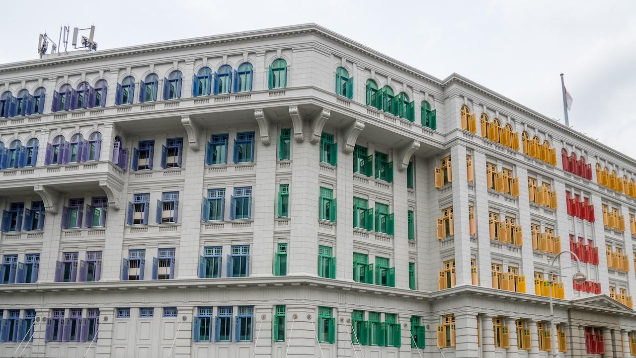 Regenbogenfarben an Fensterläden in Singapur.