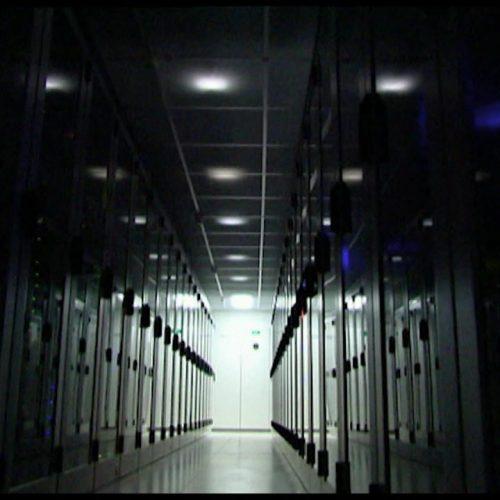 Ein dunkler Serverraum.