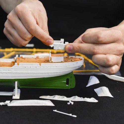 Ein Modellschiff wird zusammengeklebt.