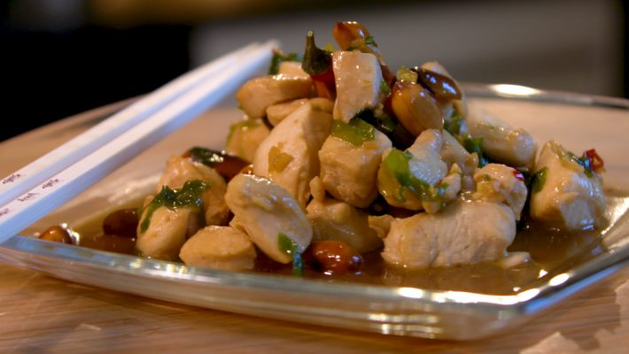 Auf dem Bild sieht man das asiatische Gericht Kung-Pao-Chicken.