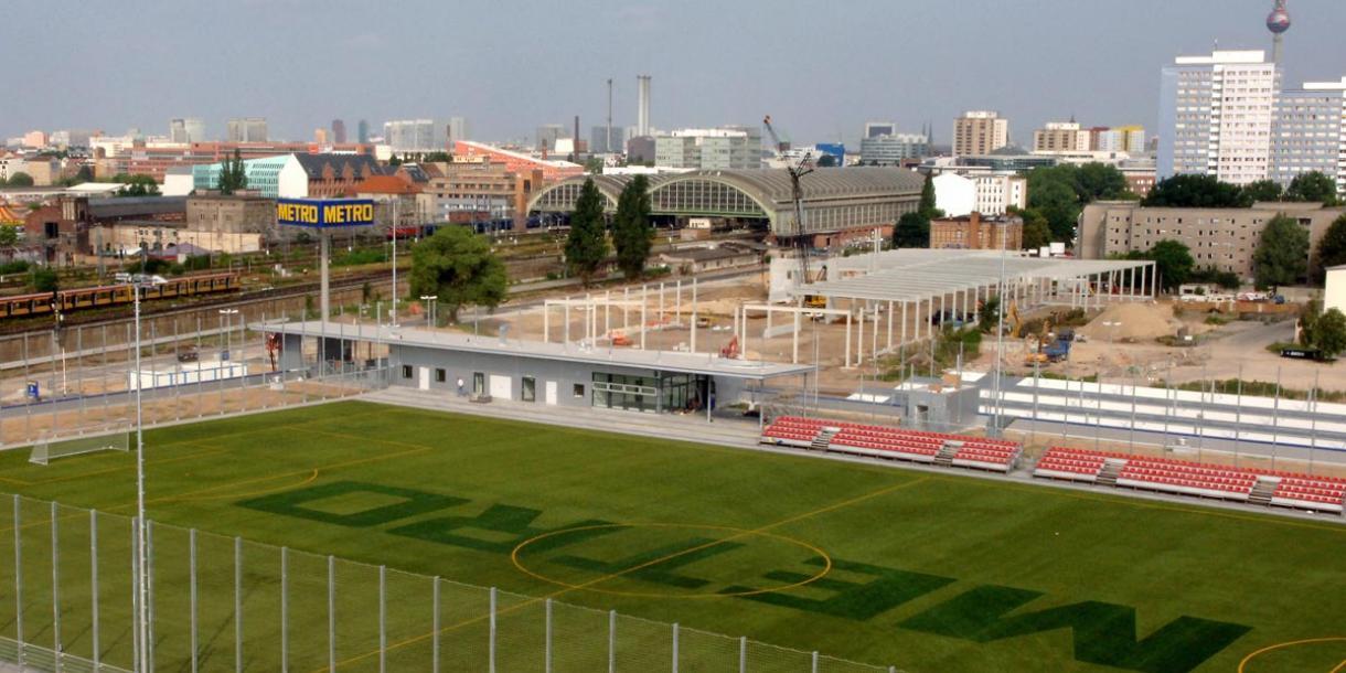Beim SG Friedrichshain spielt man auf einem Dach Fußball.