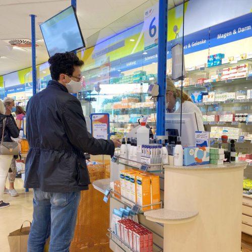 Plexiglas in einer Apotheke während der Corona-Pandemie
