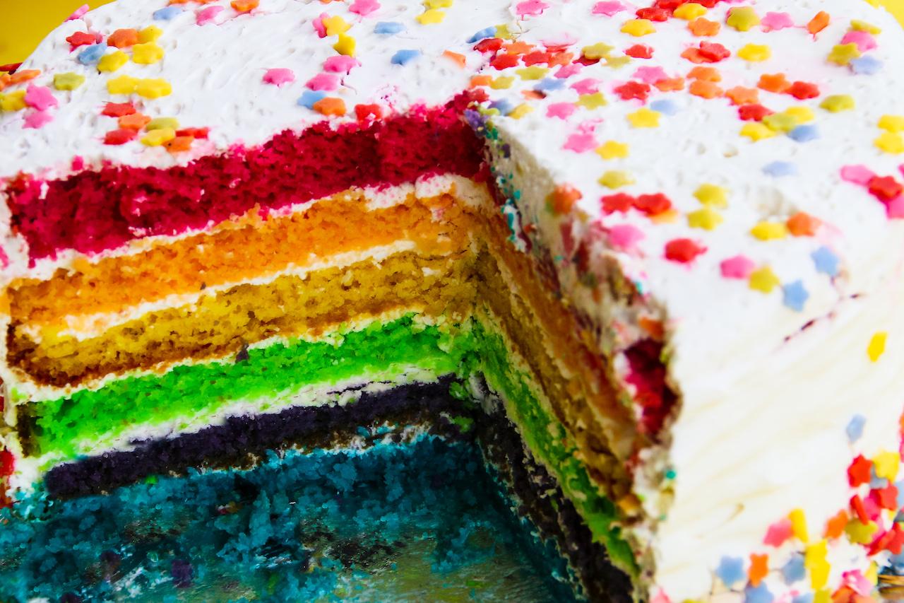 Ein Schichtkuchen in Regenbogenfarben