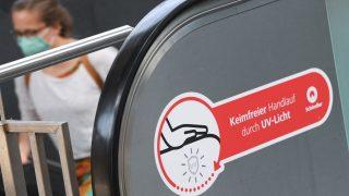 Rolltreppe mit UV-C-Strahlung gegen die Ausbreitung des Coronavirus.