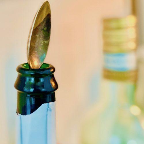 Bleibt der Sekt in der Flasche länger prickelnd mit Löffel drin?