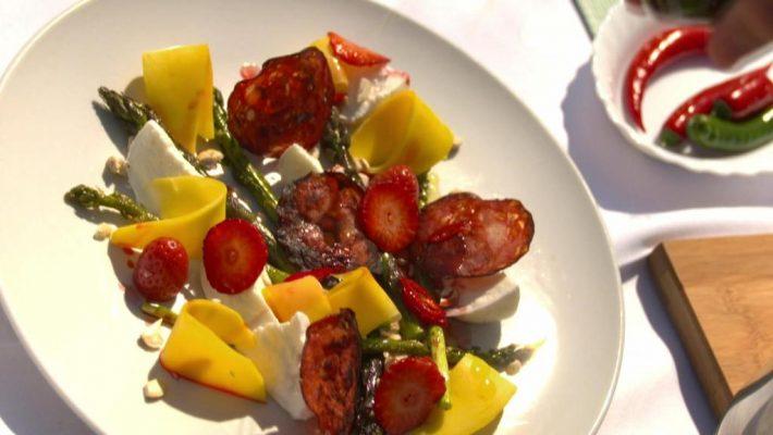 Spargelsalat mit Erdbeeren, Büffelmozzarella und Chorizo