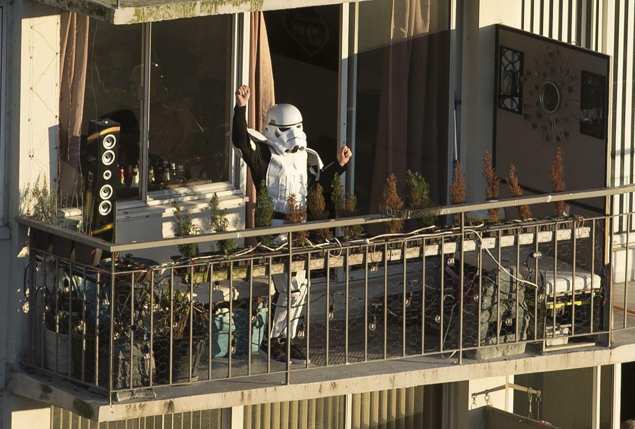 Ein Mann im Sturmtruppen-Outfit auf einem Balkon