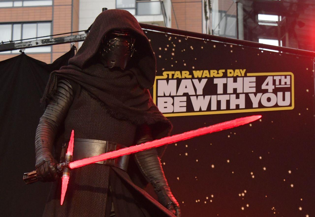 Ein Mann im Kylo Ren-Kostüm am Star Wars Tag 2019 in Tokio.