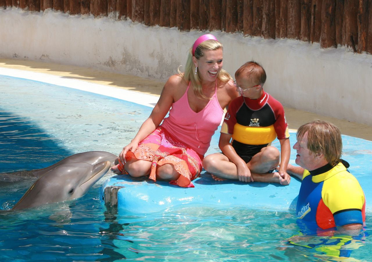 Eine Szene aus der Delfin-Therapie