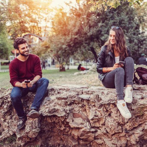 Junges Paar sitzt in der Natur