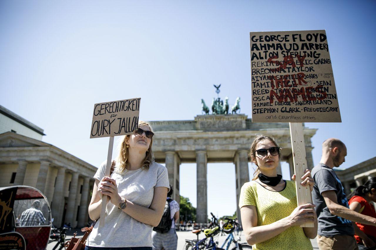 Teilnehmer einer Mahnwache vor dem Brandenburger Tor