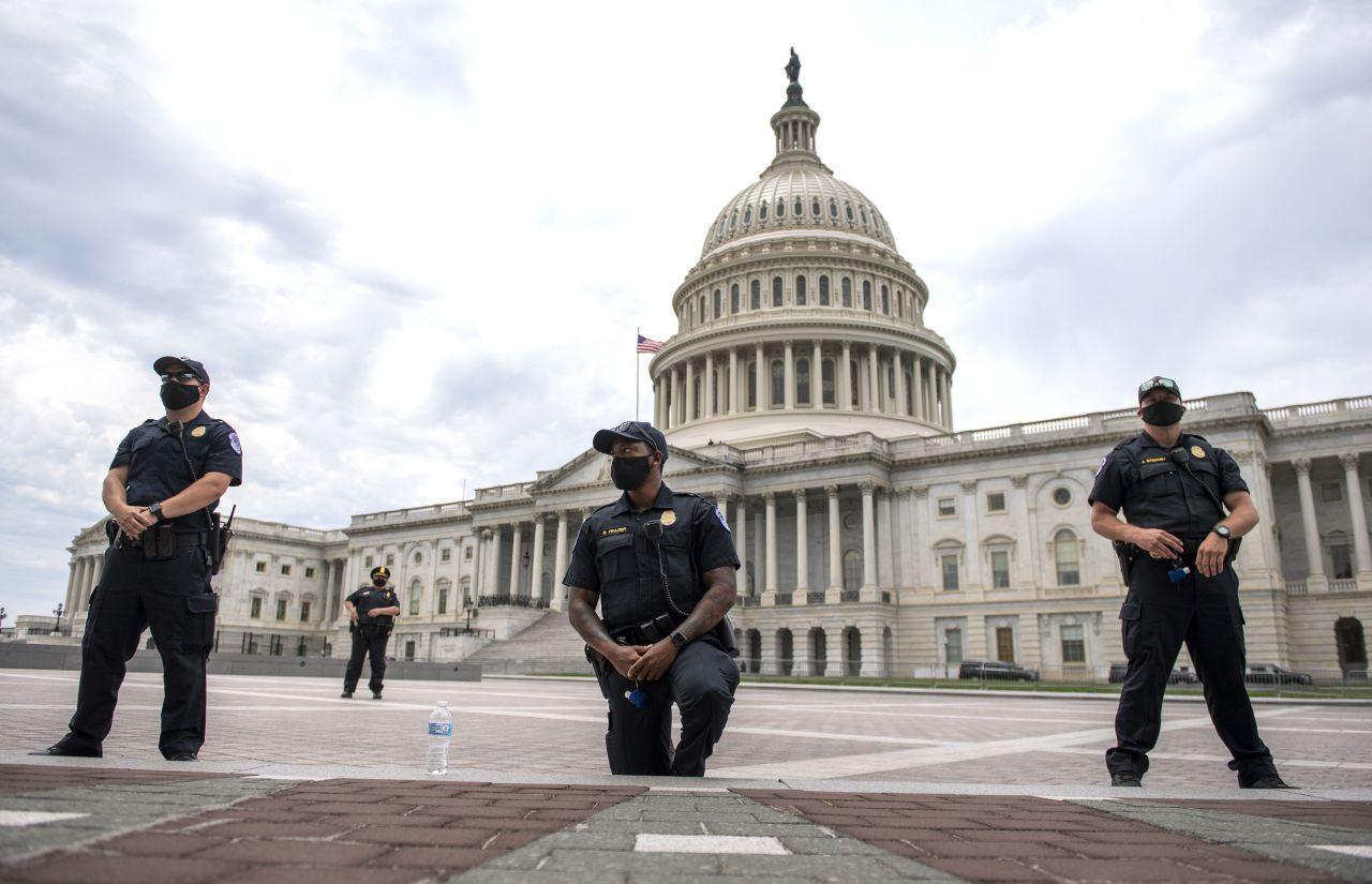Ein Polizist macht den Kniefall