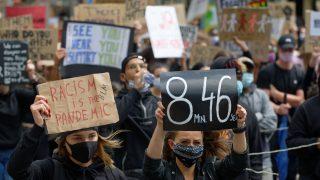 Frauen halten auf Demo in Düsseldorf Schilder in die Luft