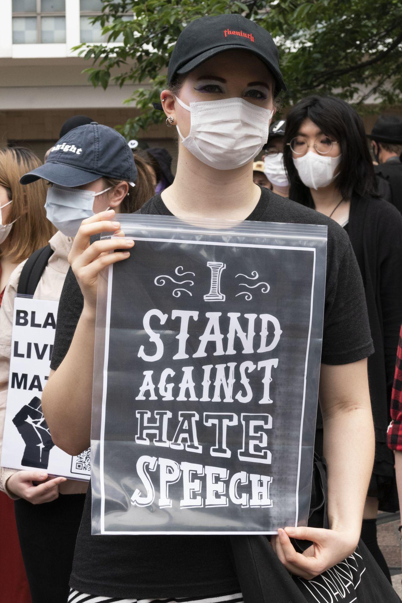 """Gegen Hate Speech: Diese Haltung zeigt eine Frau während des """"Black Lives Matter""""-Protestes in Tokios Shibuya-Gebiet."""
