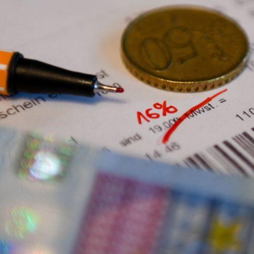 Durchgestrichene Mehrwertsteuersätze auf einem Kassenbon - ein Symbolfoto für gesenkte Mehrwertsteuer zur Ankurbelung der Wirtschaft.