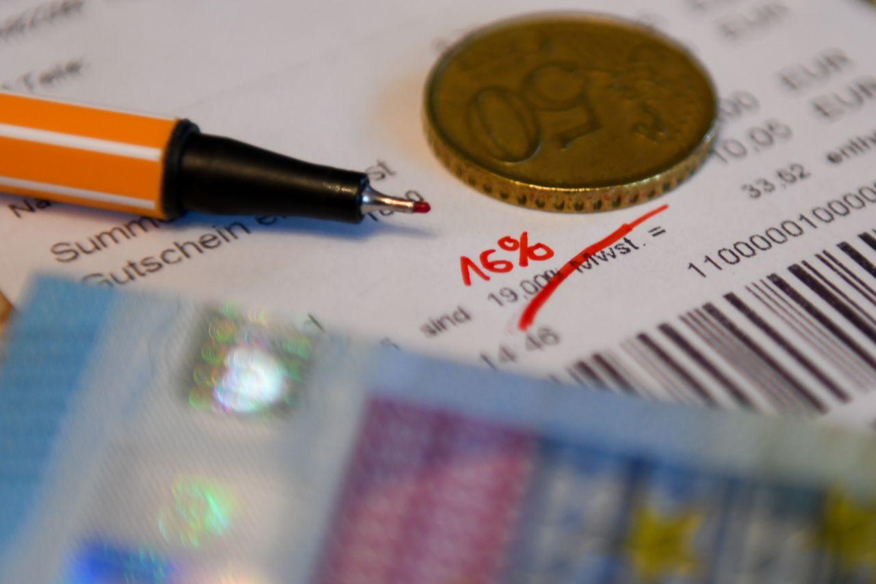 Ab heute sinkt die Mehrwertsteuer: Wie du am meisten Geld sparen kannst