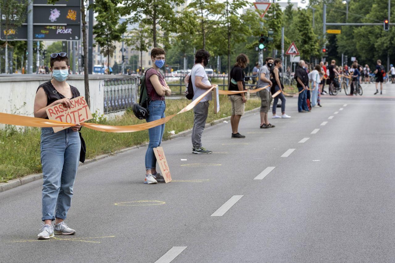 Menschenkette gegen Rassismus in Berlin