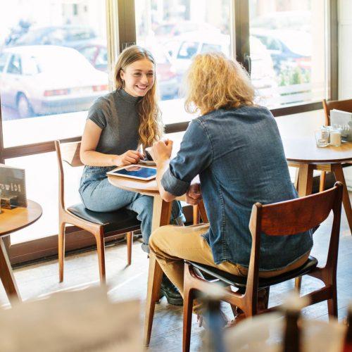 Mann und Frau unterhalten sich in einem Cafe