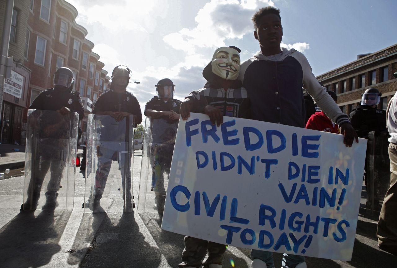 Demonstrant vor Polizei mit Schild