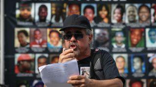 Mann bei einer Demo ein Jahr nach dem Tod von Michael Brown