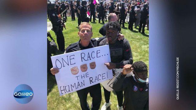 Polizisten und Demonstranten setzen Zeichen gegen Rassismus