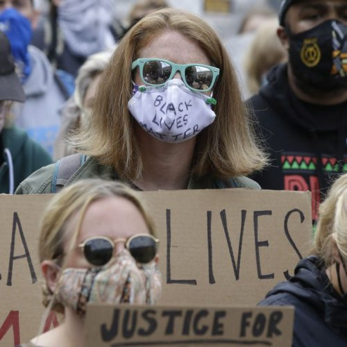 Menschen gehen unter #blacklivesmatter auf die Straße