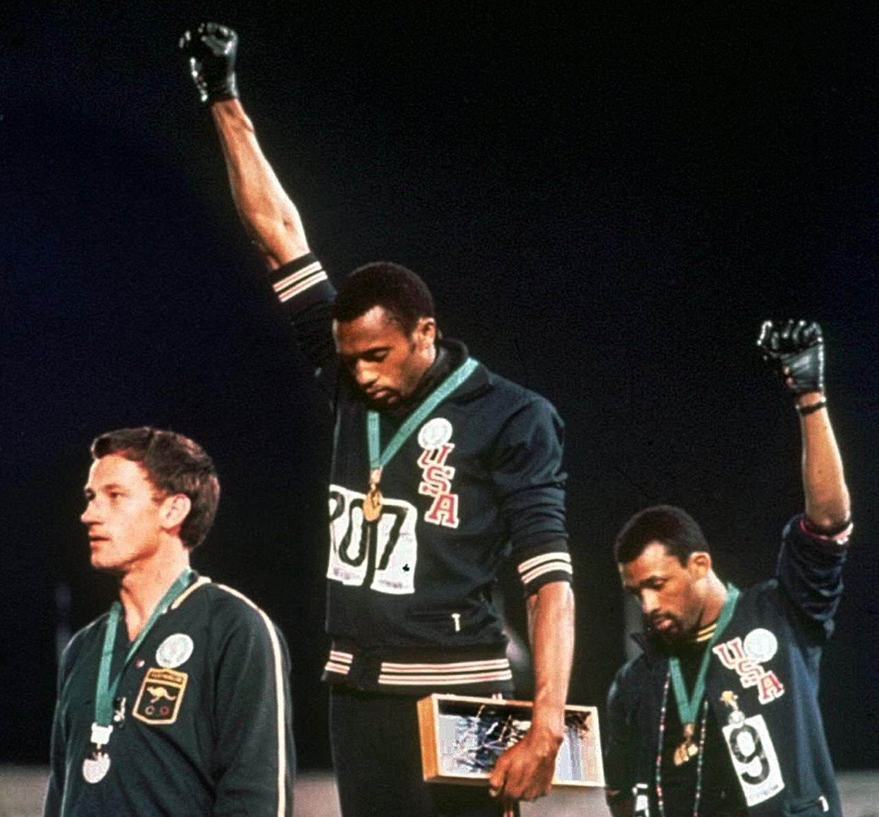 Tommie Smith und John Carlos währnd der Siegerehrung bei den Olympischen Spielen 1968