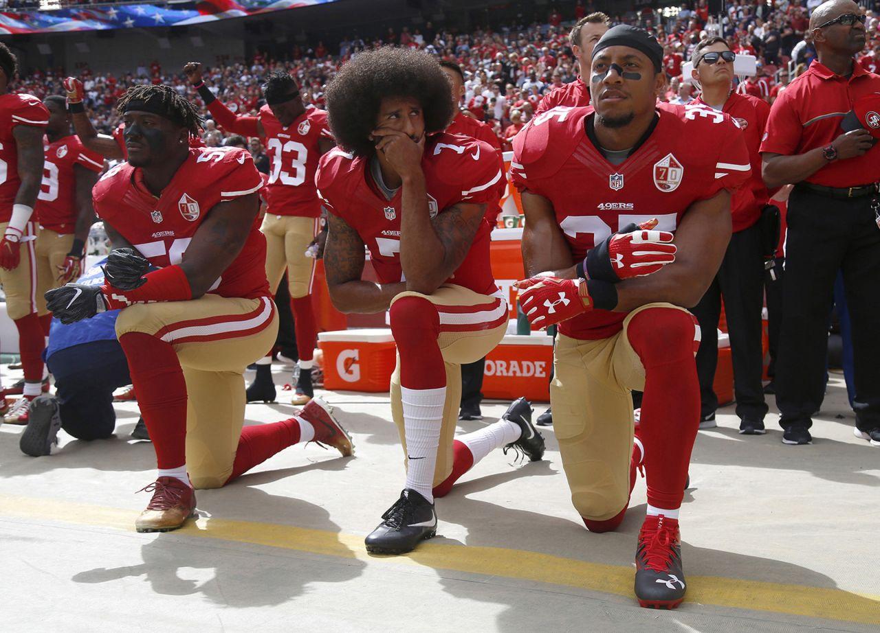 Colin Kaepernick und seine Mitspieler knien während der US-Hymne