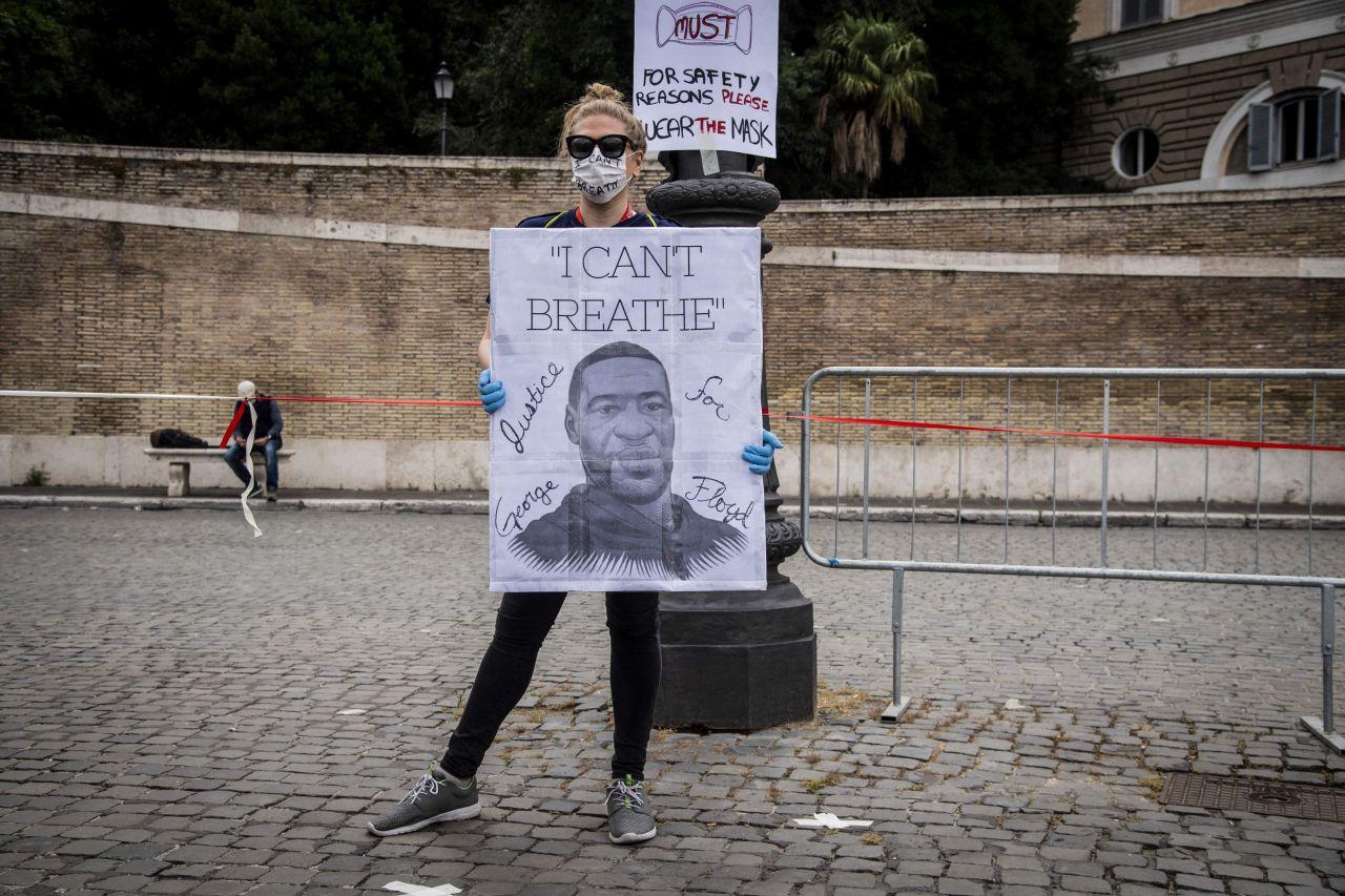 Demonstrantin mit Plakat