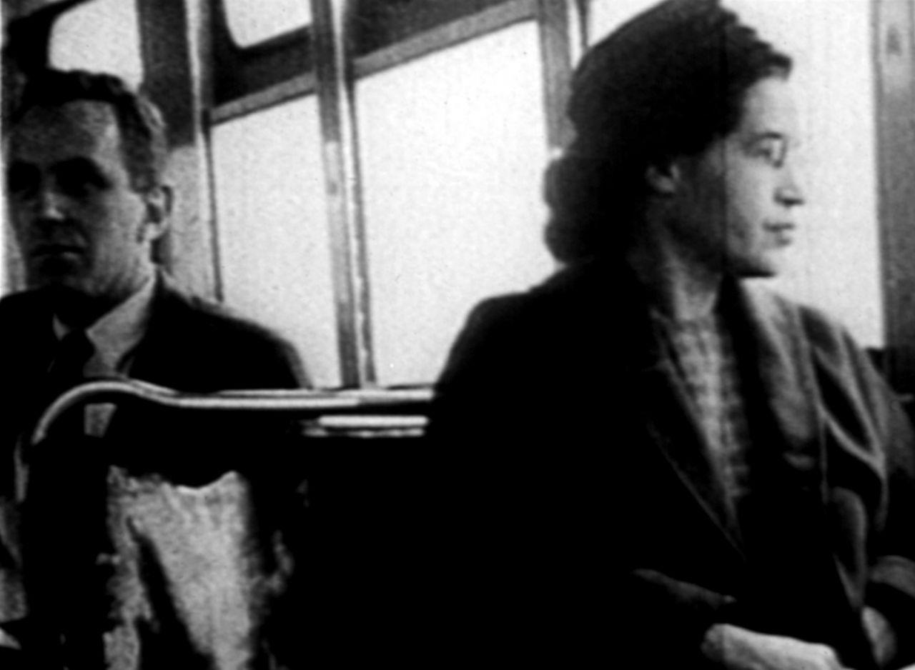 Rosa Parks sitzt 1955 in einem Bus