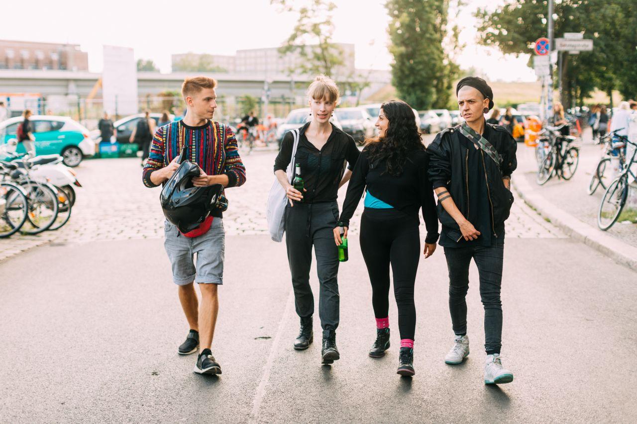Gruppe geht zu Fuß spazieren