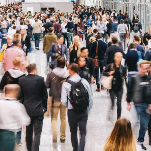 Menschenmenge in einem Durchgang