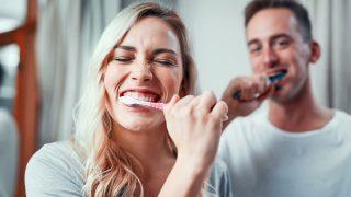 Paar putzt sich die Zähne