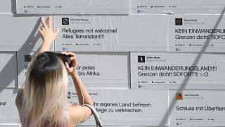 Vor 3 Jahren in Berlin: Eine Frau schaut sich auf dem Gendarmenmarkt eine Mauer mit Steinen aus Styropor an, auf die Hate Speech gedruckt ist. Die Mauer voller Hass-Botschaften wurde symbolisch zum Einsturz gebracht.