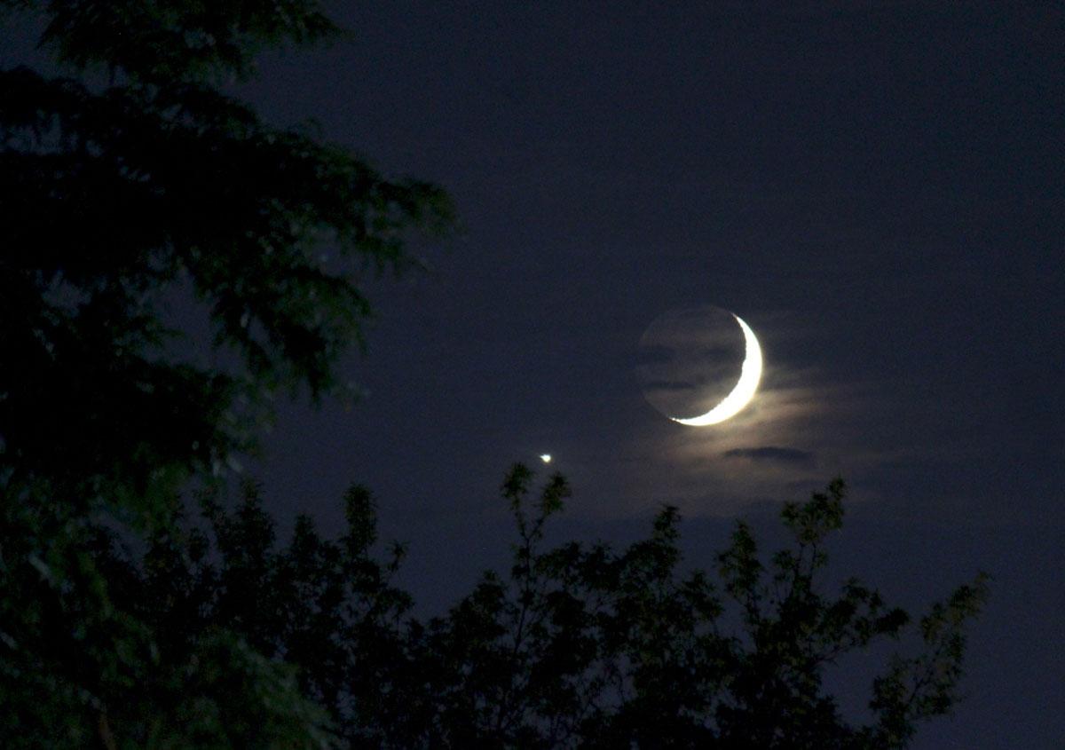 Die Venus neben dem Mond