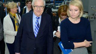 Stern-Journalistin geht neben FDP-Politiker Rainer Brüderle. Eine Begegnung führte zum #Aufschrei.