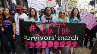 Tarana Burkes (Mitte) startete 2017 den #metoo, mit dem Frauen auf erfahrene sexuelle Belästigungen und Übergriffe aufmerksam machen.