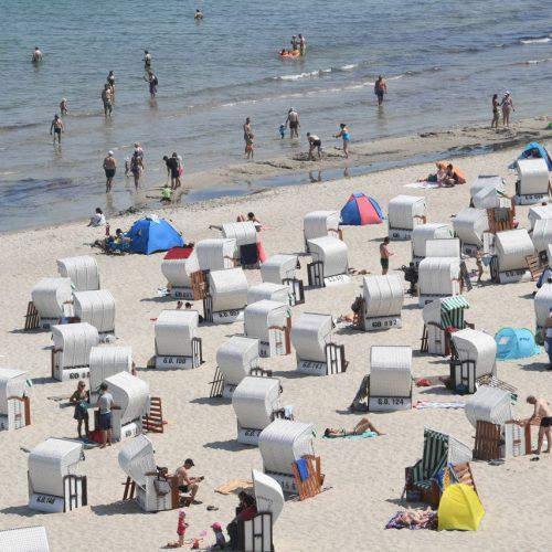 Mecklenburg-Vorpommern, Sellin: Badegäste haben sich in den Strandkörben am Ostseestrand niedergelassen. Doch was ist mit Menschen aus Orten, in denen ein lokaler Lockdown verhängt wurde?