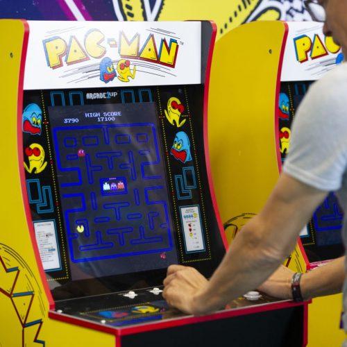 Man spielt Pac Man an einem Automaten