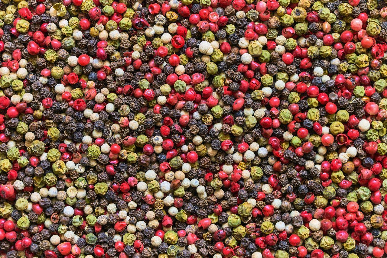 schwarzer, grüner, weißer und roter Pfeffer