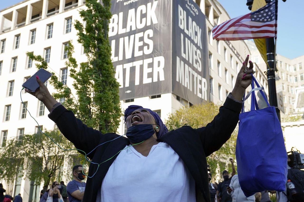 Afroamerikanerin jubelt nach dem Urteil gegen Chauvin