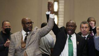 Georges Bruder Philonise Floyd (links), und der Anwalt der Famile Ben Crump (rechts) sichtlich erleichtert nach der Urteilsverkündung