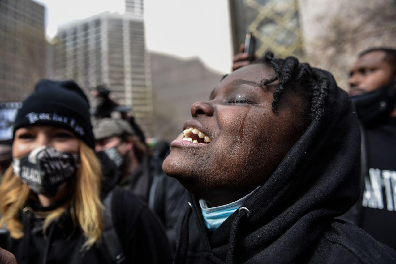 Afroamerikanerin emotional nach dem Urteil gegen Derek Chauvin