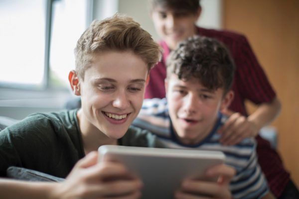 Pubertät: Jungs zocken gemeinsam.