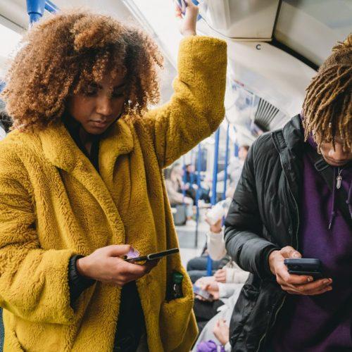 Frau mit Afro fährt U-Bahn
