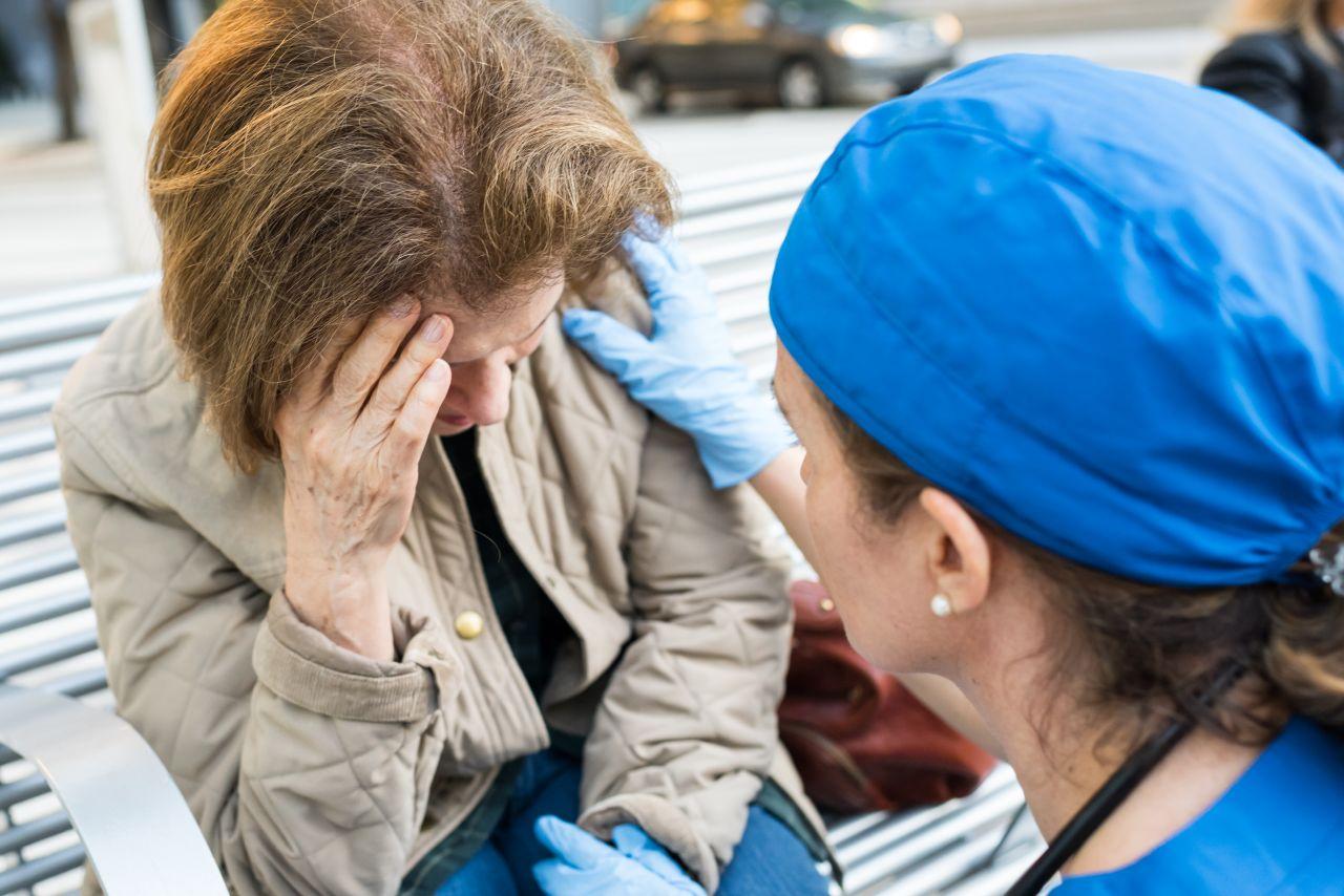 Rettungsärztin kümmert sich um Frau