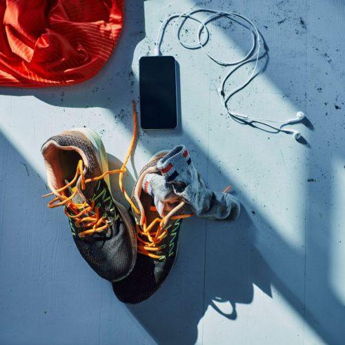 Sportschuhe und Smartphone nach Training