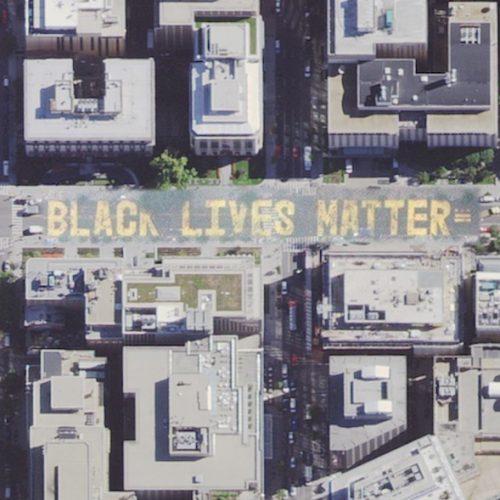 """Der Schriftzug """"Black Lives Matter"""" ist in Washington auf die Straße gemalt, die zum Weißen Haus führt. Die Straße wurde in """"Black Lives Matter-Platz"""" umbenannt. Auch diese Bewegung wird mit einem #blacklivesmatter begleitet."""