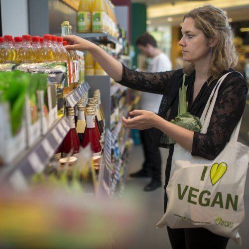 Frau kauft vegane Lebensmittel im Supermarkt ein